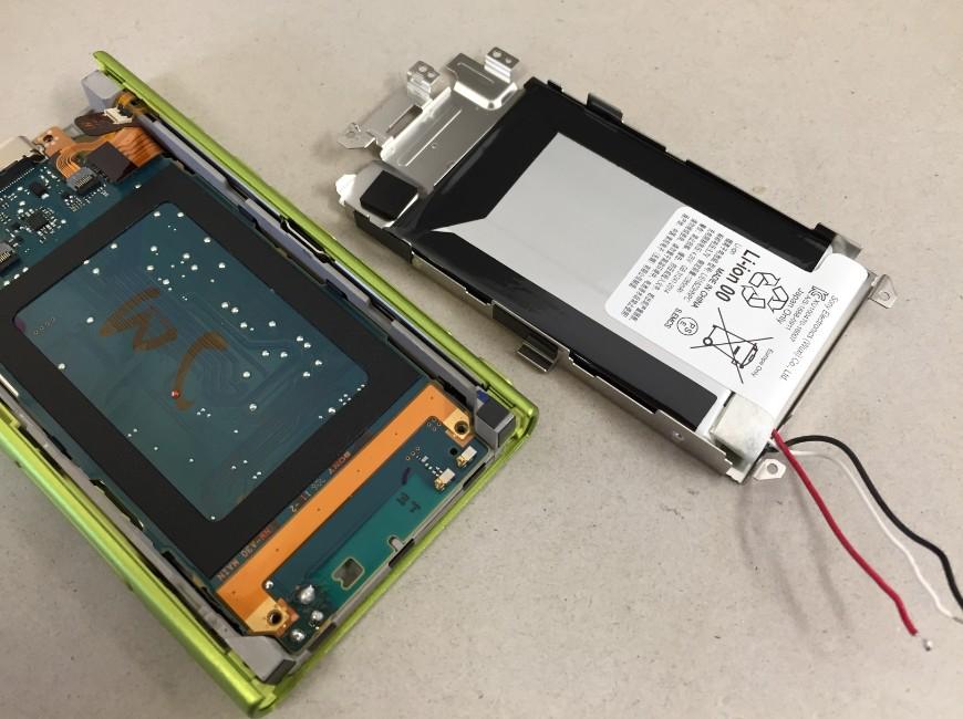 バッテリーを本体から外したWALKMAN NW-A35