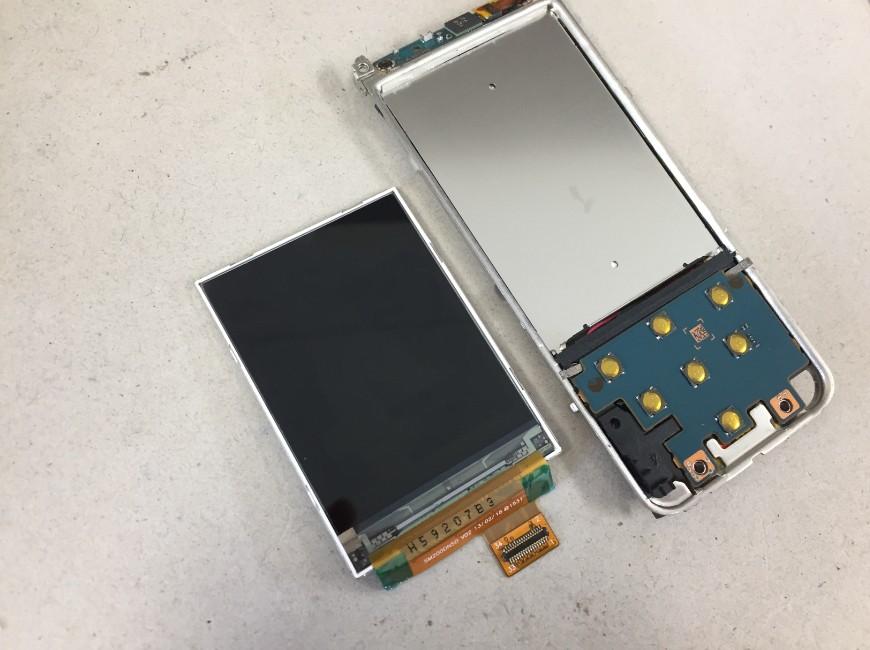 液晶画面を剥がしたWALKMAN NW-S15