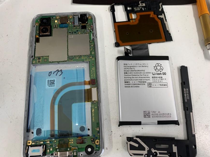 本体内部のプラスチックパーツとバッテリーを取り出したAQUOS R2