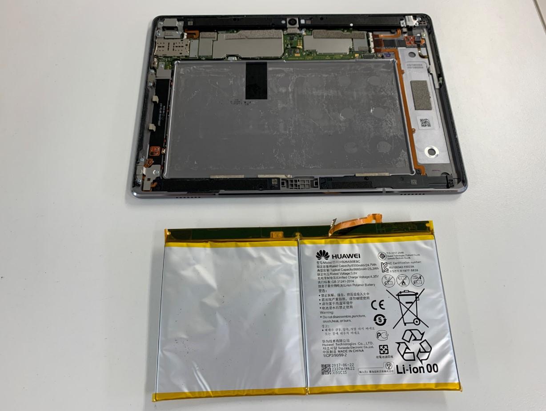 膨張したバッテリーを本体から取り出したMediaPad M3 Lite 10(BAH-L09)