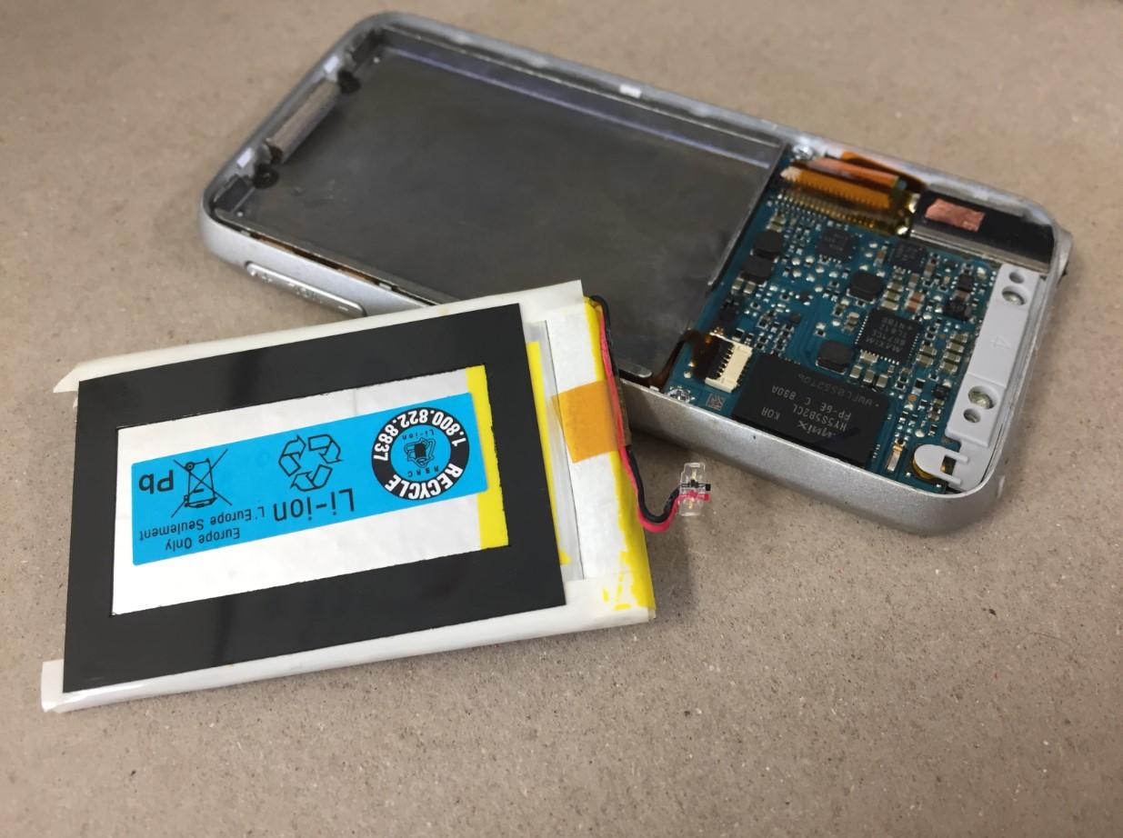 バッテリーを本体から取り出したWALKMAN NW-S739F
