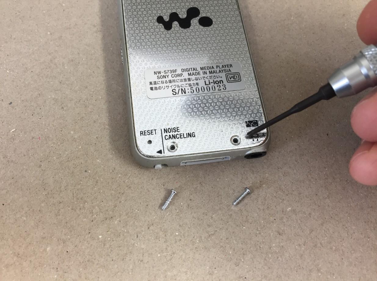 本体裏のネジを外したWALKMAN NW-S739F