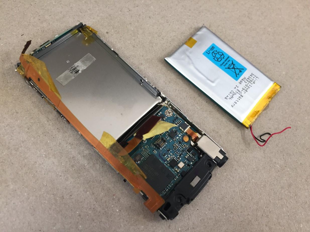本体からバッテリーを取り出したWALKMAN NW-S764