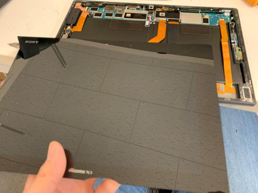 割れた液晶画面を本体から取り出したXperia Z2 Tablet