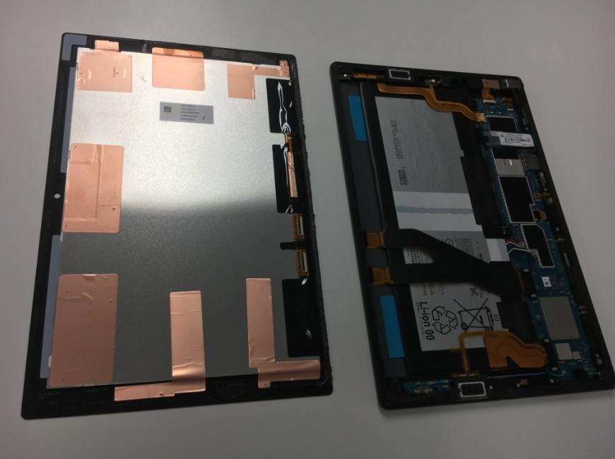 本体から画面パーツを取り出したXperia Z4 Tablet