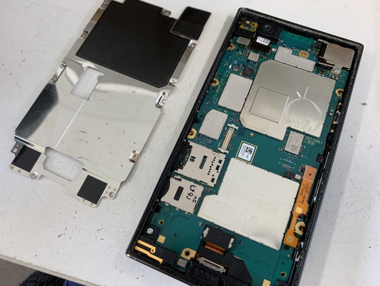 画面下の銀のプレートを剥がしたXperia XZ1 Compact(SO-02K)