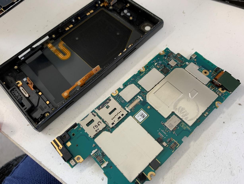 本体から基板を取り出したXperia XZ1 Compact(SO-02K)