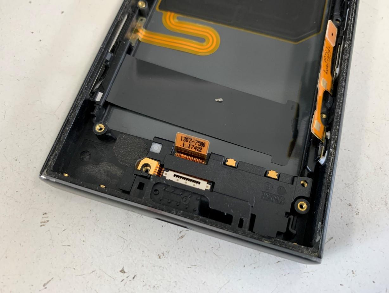 基板を取り出した後のXperia XZ1 Compact(SO-02K)の充電口パーツ