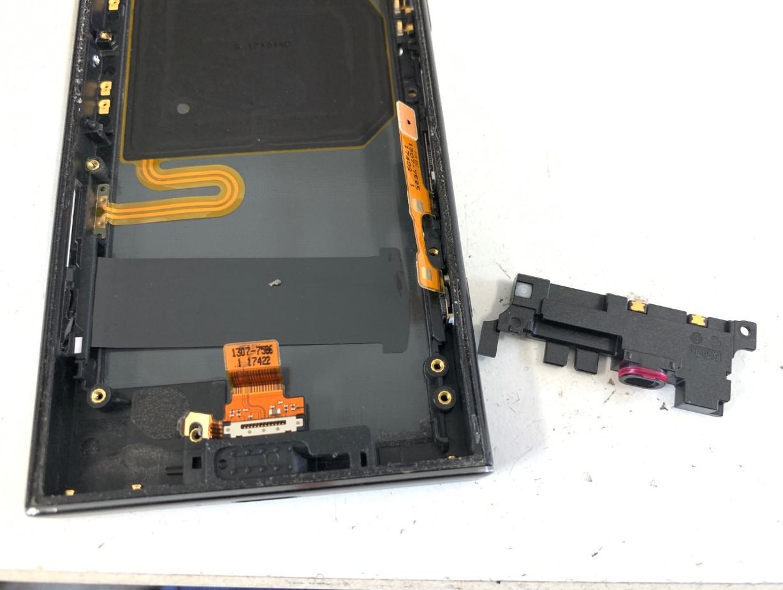 充電口パーツを止めたプラスチックパーツを取り出したXperia XZ1 Compact(SO-02K)
