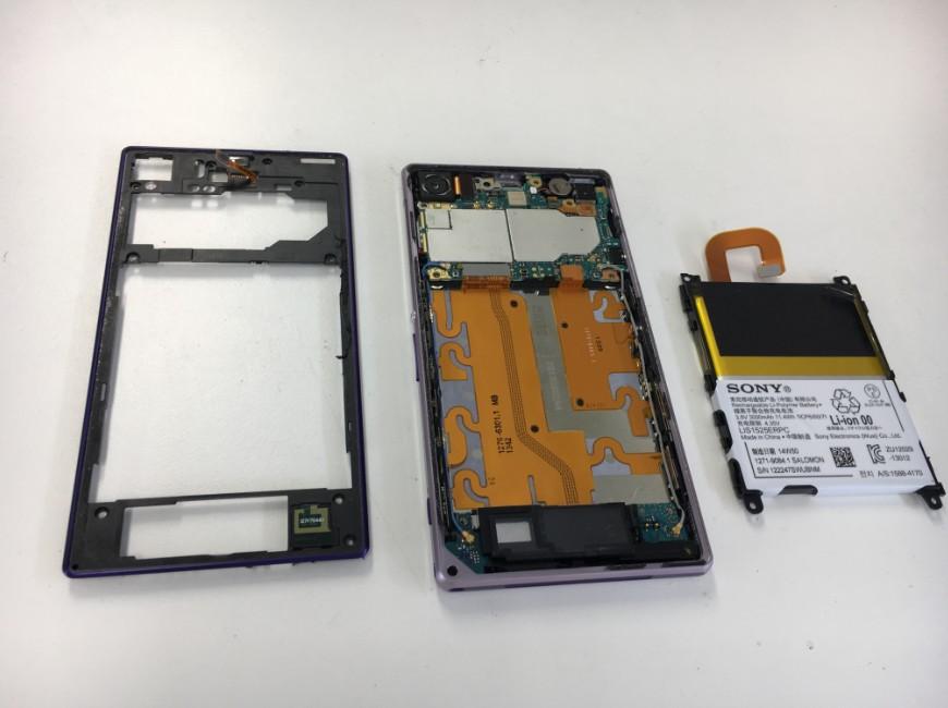 分解した本体からバッテリーを取り出したXperia Z1
