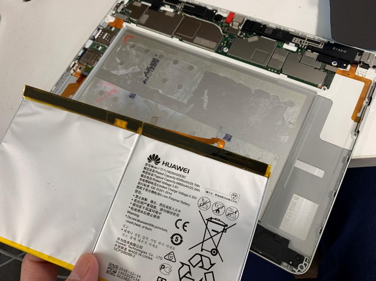 バッテリーを本体から取り出したdtab(d-01h)