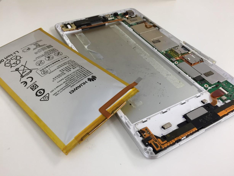 膨張したバッテリーを本体から取り出したd-02h(ドコモタブレット)