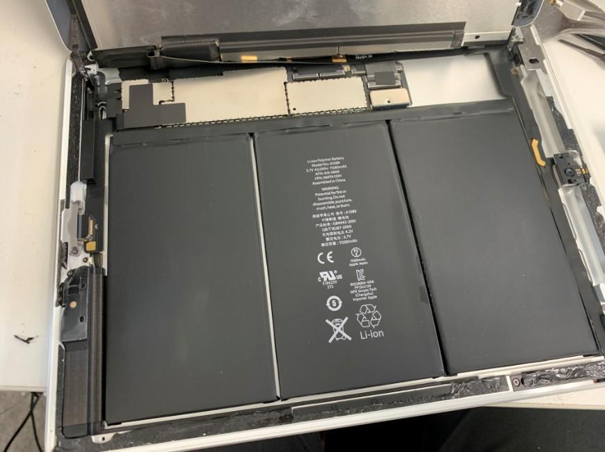 液晶を持ち上げたiPad 第4世代