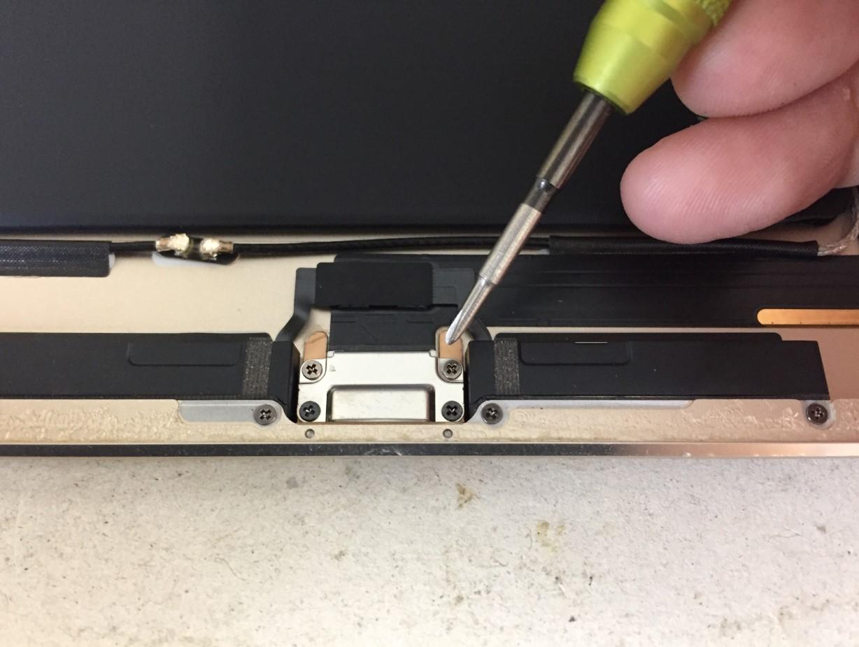 充電口パーツを固定したネジを外しているiPad Air2