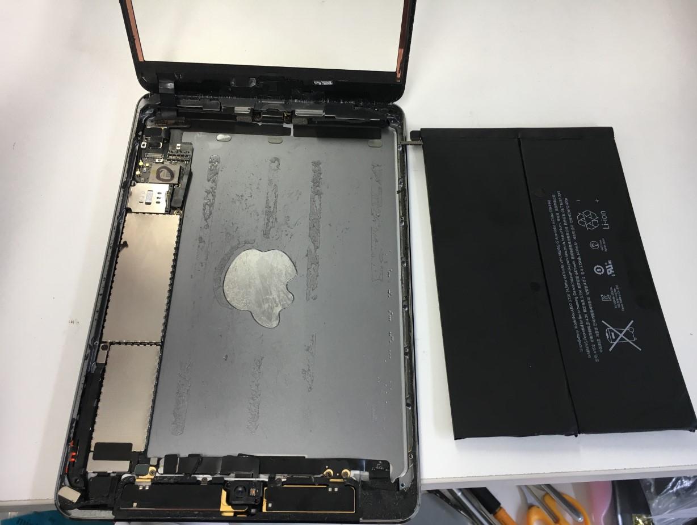 劣化したバッテリーを本体から取り出したiPad mini2