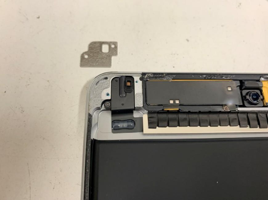 イヤホンジャック付近のパーツを取り出しているiPad mini4