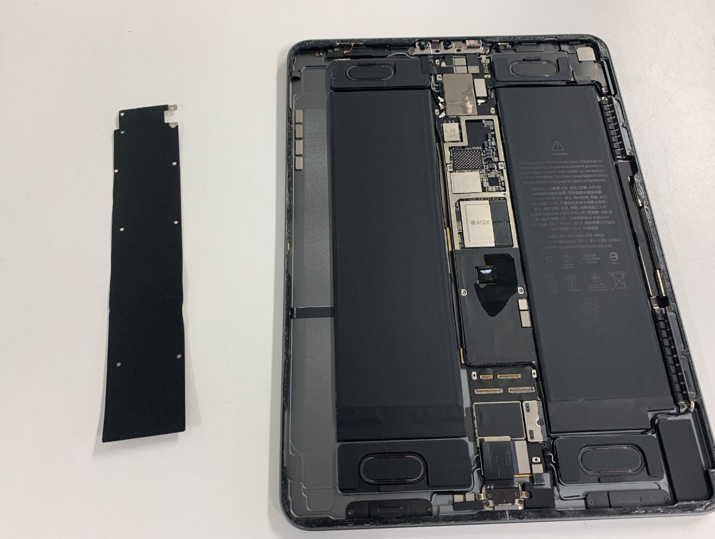 基板を覆った黒いプレートを剥がしたiPadPro11(第1世代)
