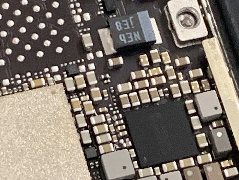 基板の故障個所を探しているiPadPro11(第1世代)