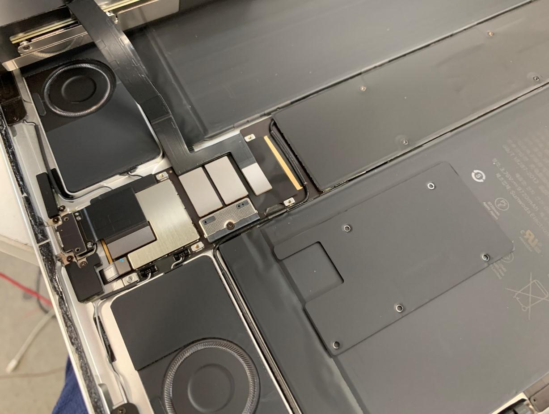 本体下部の黒いプレートを剥がしたiPad Pro 12.9(第3世代)