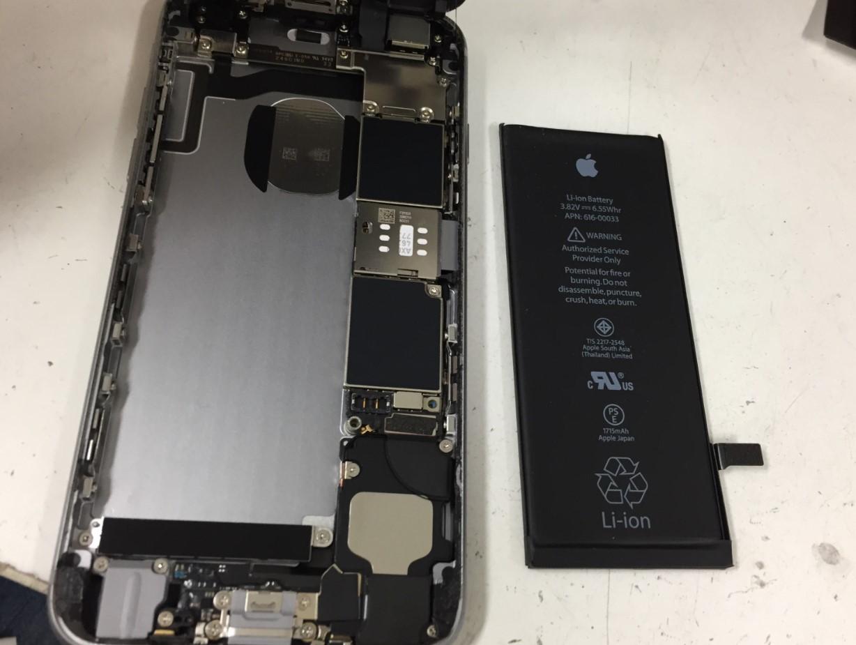 劣化したバッテリーを取り出したiphone6s