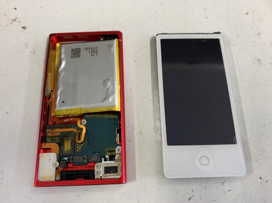 画面パーツを本体から取り出したiPod nano 第7世代
