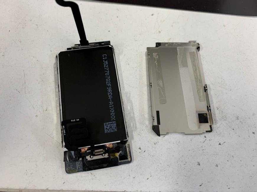 液晶画面パーツを取り出したiPod nano 第7世代