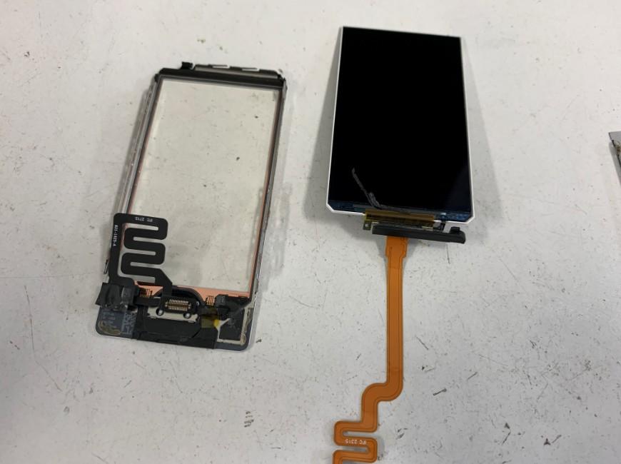 液晶画面とガラスパーツを剥がしたiPod nano 第7世代
