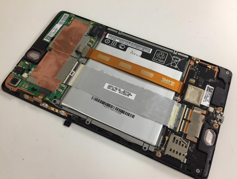 電池パック上に2本のケーブルが通っているNexus7 2013