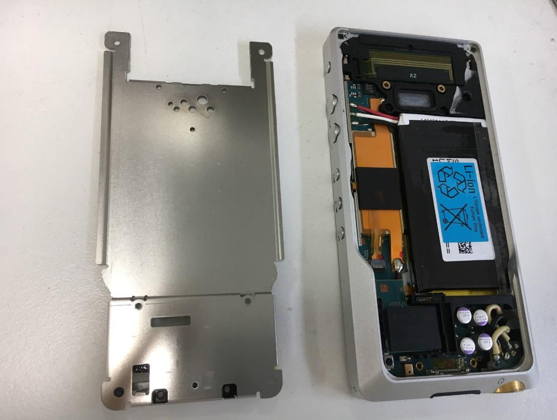 本体内部のプレートを剥がしたWALKMAN NW-ZX1