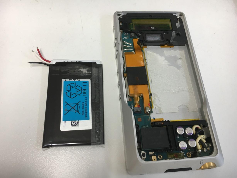 バッテリーを本体から取り出したWALKMAN NW-ZX1