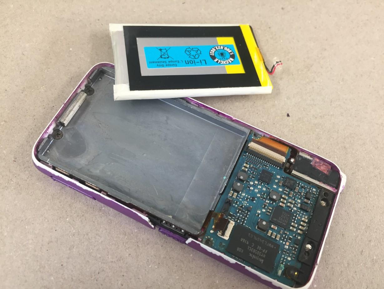 バッテリーを取り出したウォークマン NW-S638F