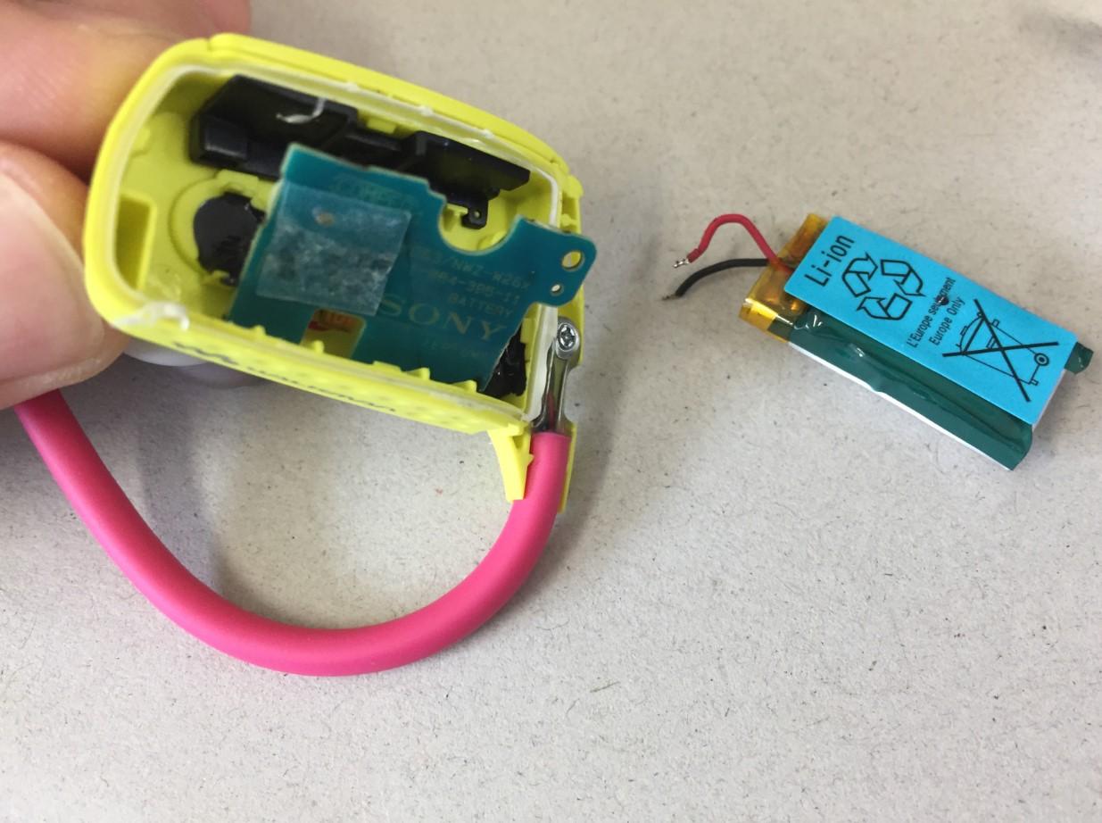 はんだ小手を使ってバッテリーを取り出したWALKMAN NWD-W263