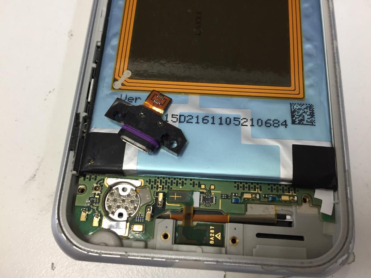 充電口パーツを取り出したAQUOS SERIE mini(SHV38)