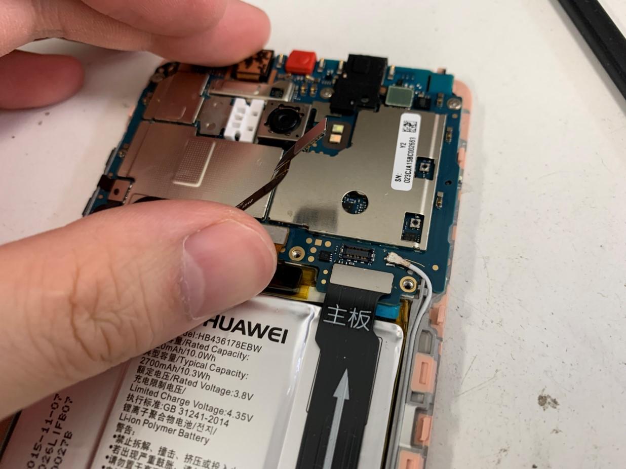 バッテリーコネクタを本体から外したHUAWEI Mate S