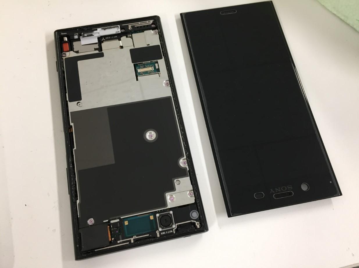 液晶画面を本体から剥がしたXperiaXZ1(SO-01K)