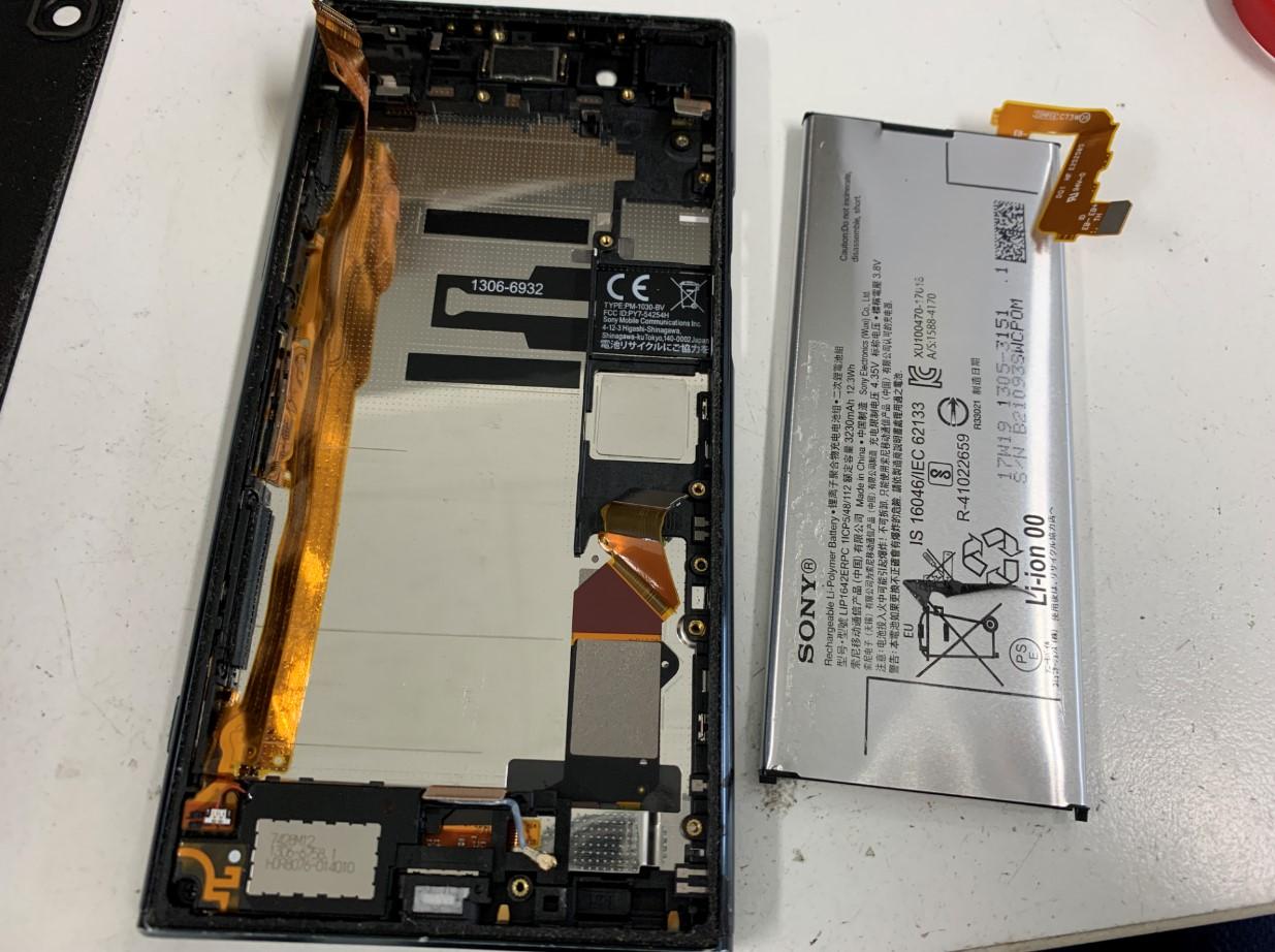 バッテリーを取り出したXperia XZ Premium(SO-04J)