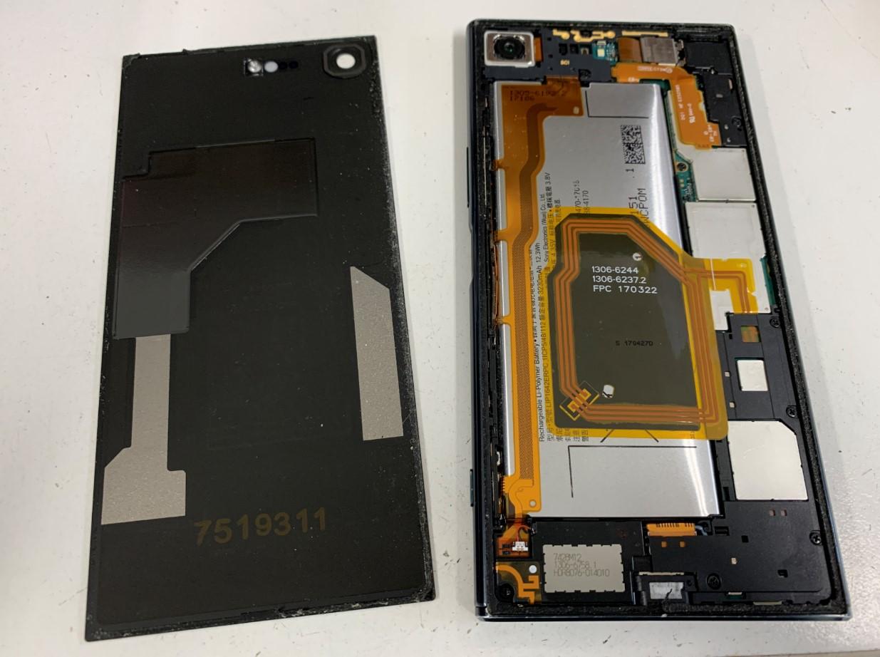 背面ガラスを剥がしたXperia XZ Premium(SO-04J)