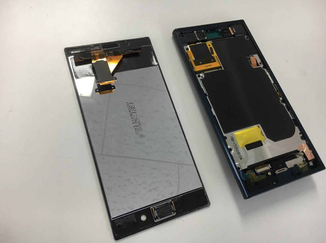 液晶画面を剥がしたXperia XZs