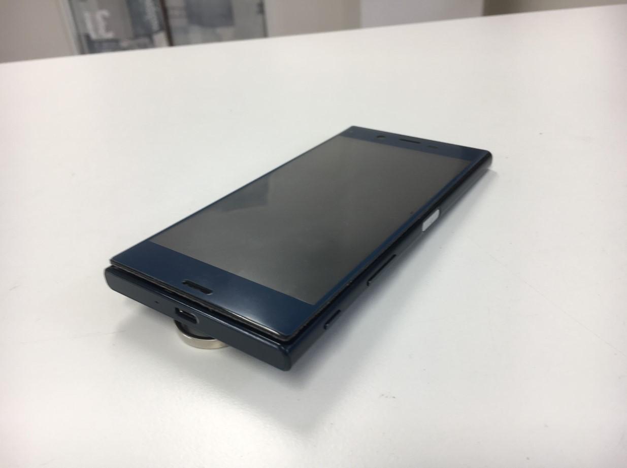 バッテリー膨張により画面が浮いているXperia XZs