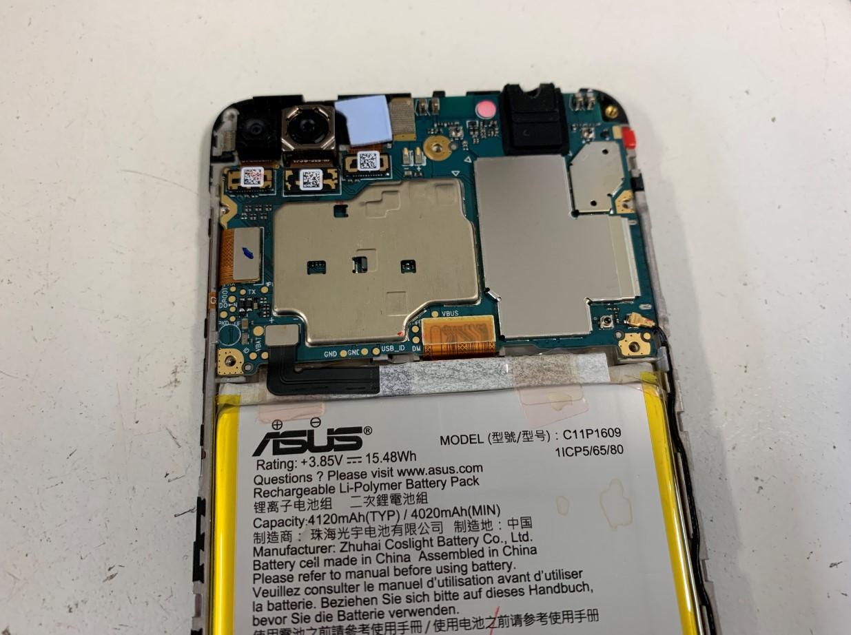 基板を覆ったプラスチックパーツを外したZenfone4