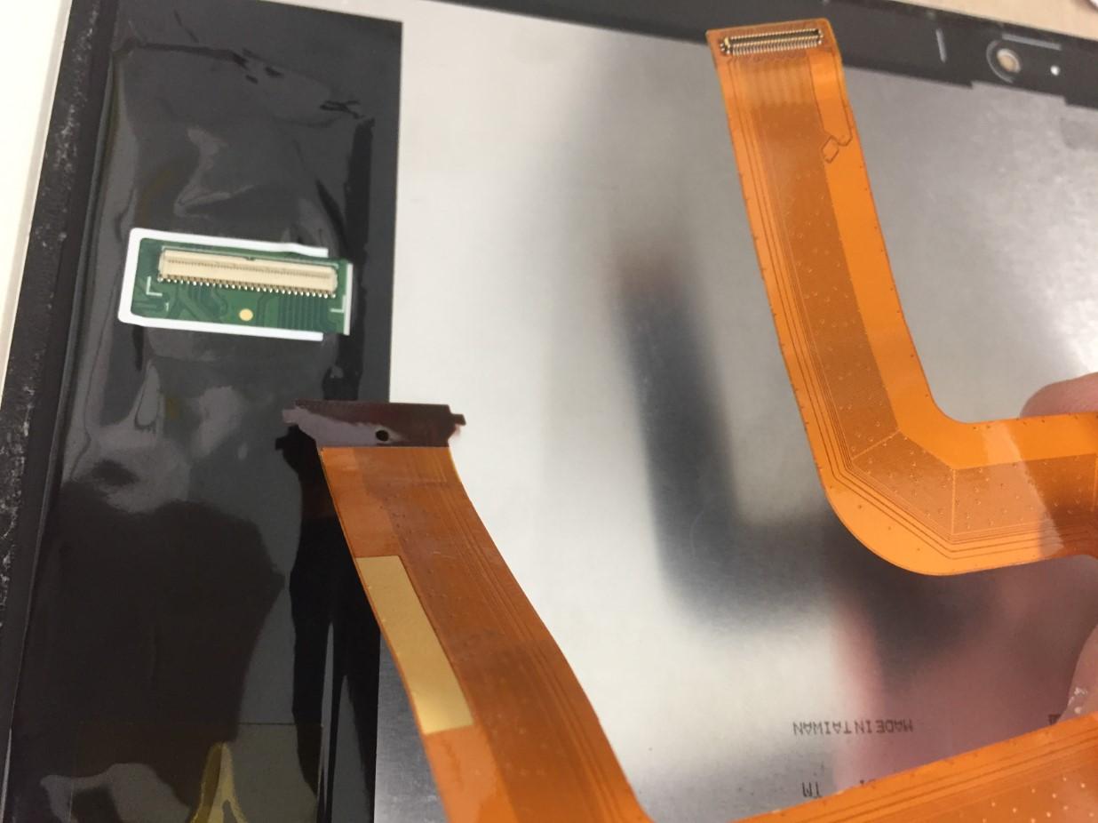 画面パーツからコネクタを外したd-01k(dtab)
