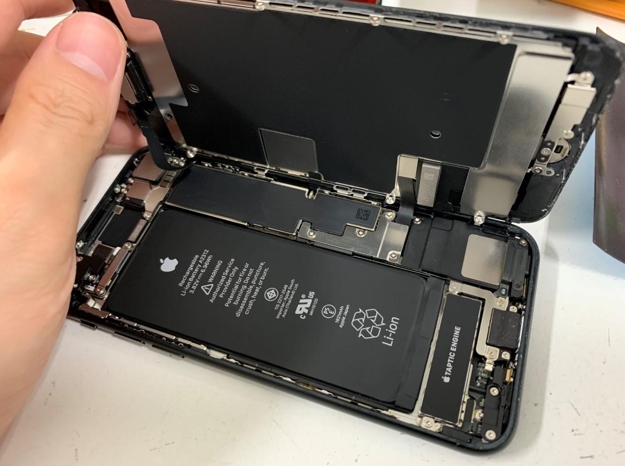 画面を開いたiPhoneSE 第2世代