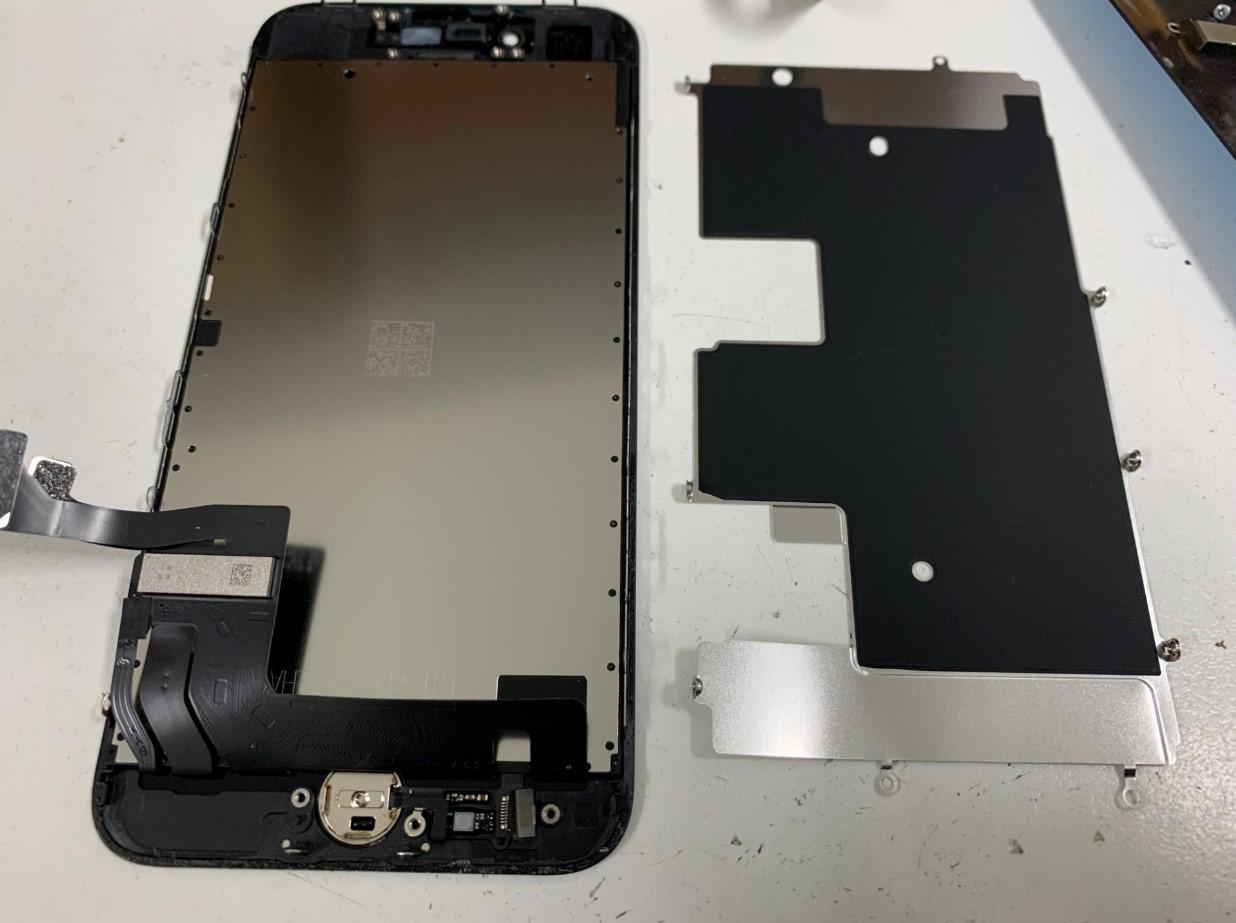液晶画面裏のプレートを剥がしたiPhoneSE 第2世代