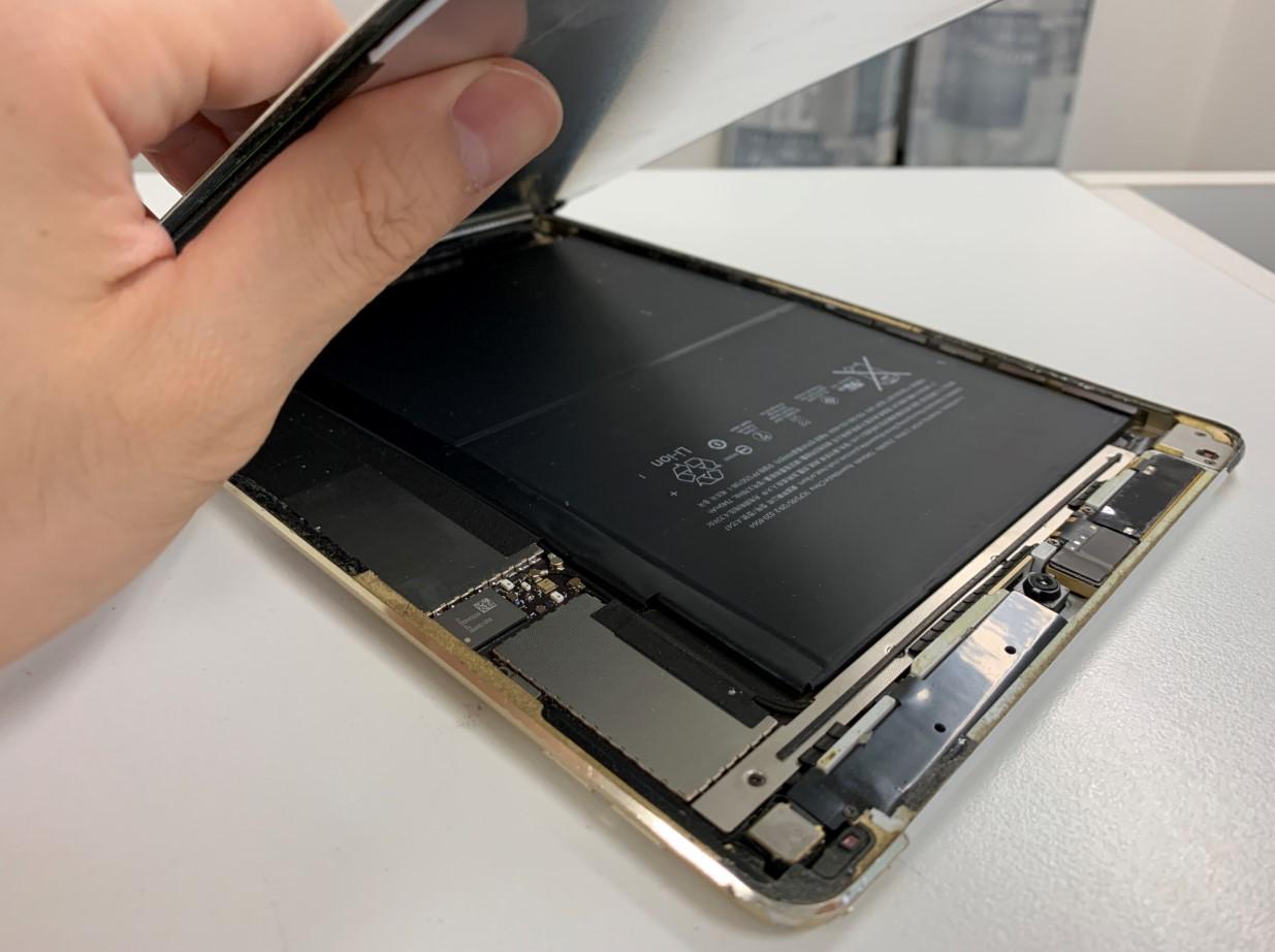 液晶画面を剥がして分解途中のiPadAir2