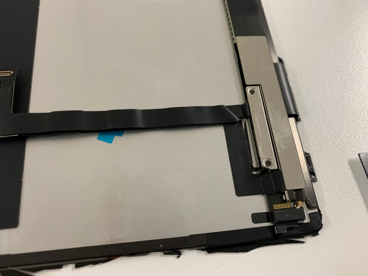 画面パーツについたケーブルを取ろうとしているiPadPro 12.9 第3世代
