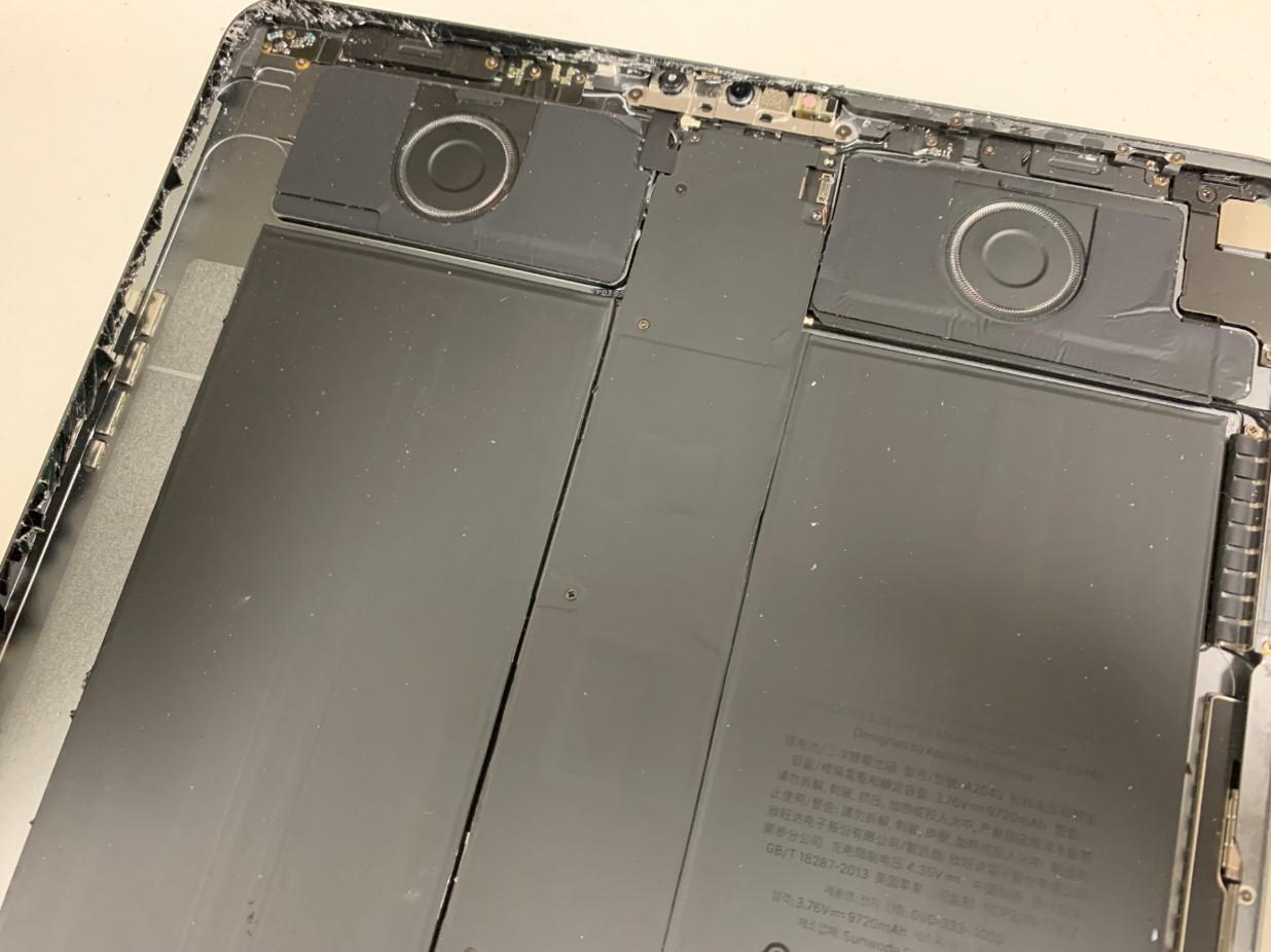 iPadPro 12.9 第3世代の本体上部に残ったガラスの破片