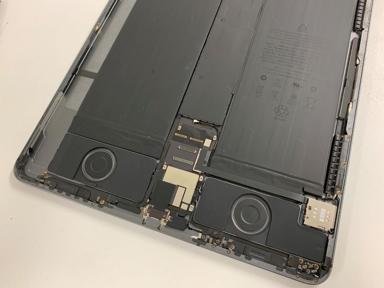 iPadPro 12.9 第3世代の本体下部に残ったガラス片を除去した