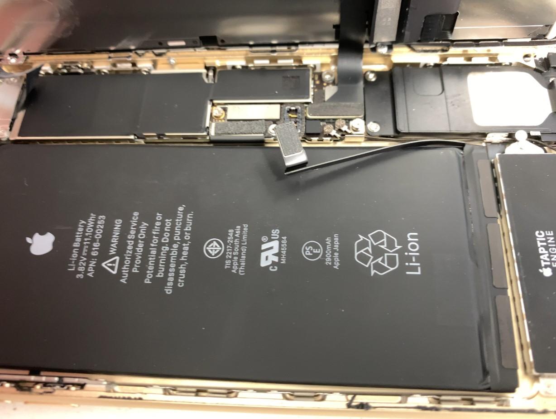 バッテリーのコネクタを抜いたiPhone7Plus