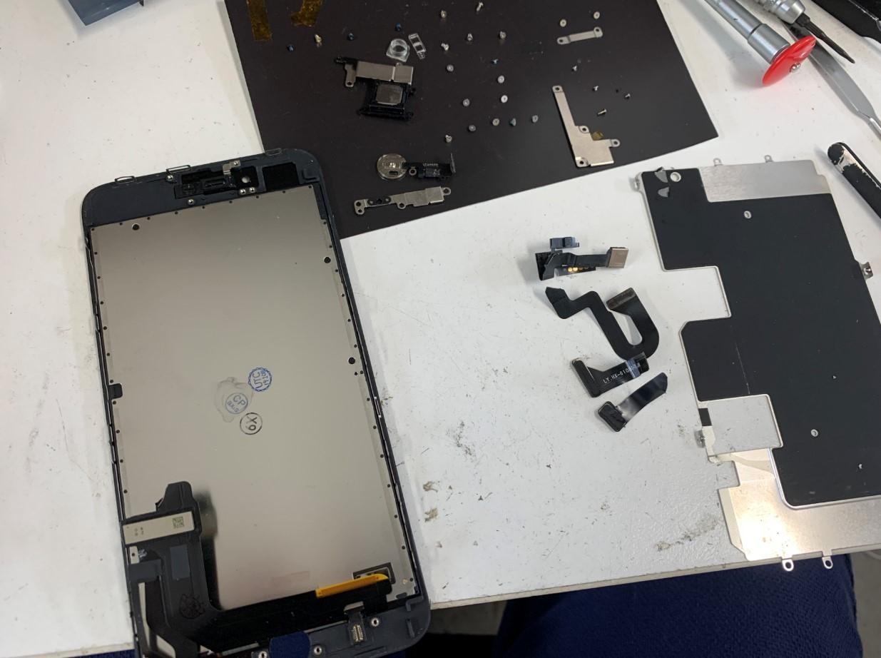画面についたパーツを全て取り出したiPhone8Plus