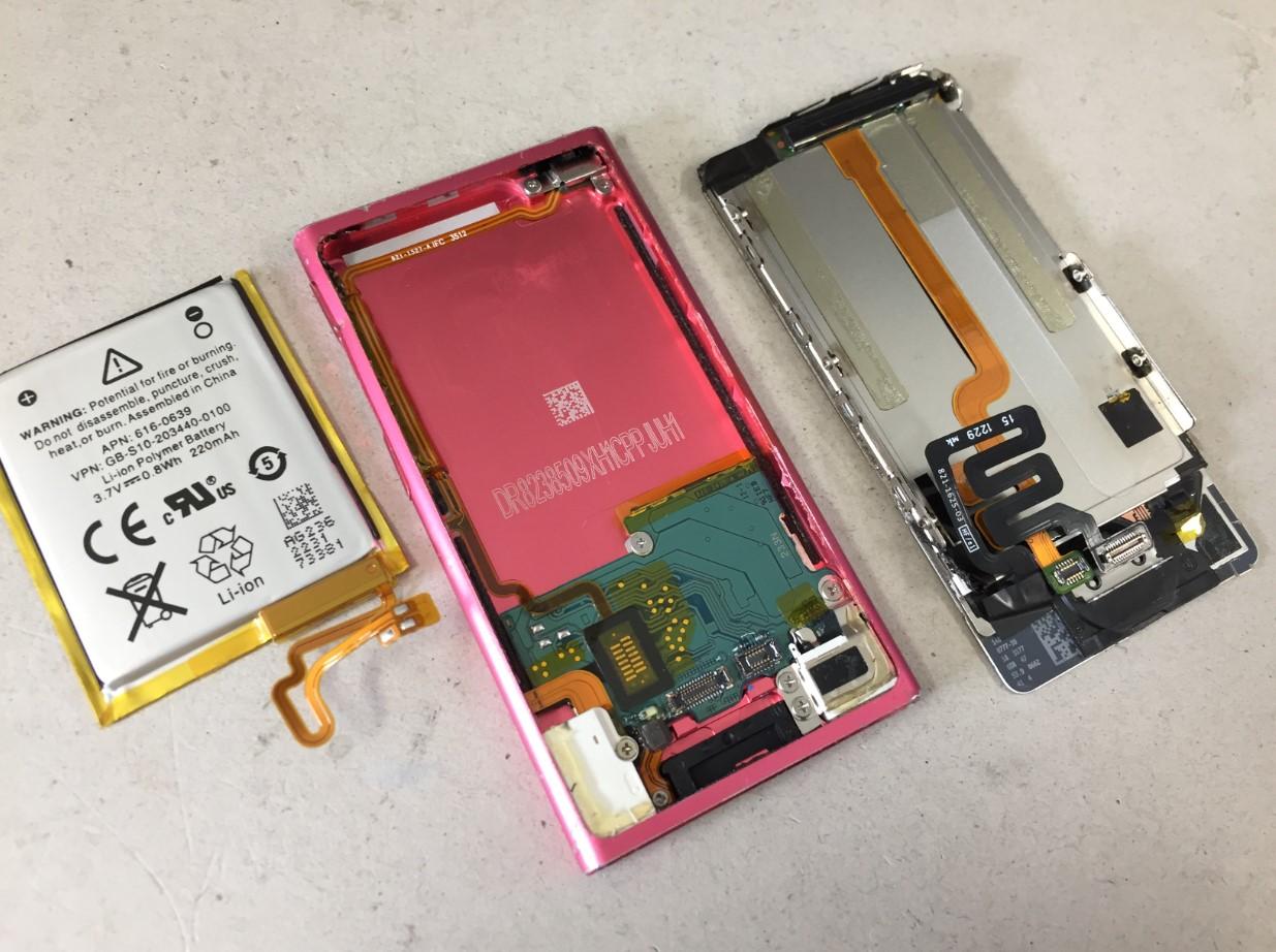 画面パーツからバッテリーを剥がしたiPodnano7
